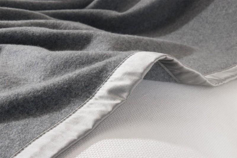 Kaschmirdecke Amalfi als Maßanfertigung mit Seidenband in grau für Betten mit Fußteil