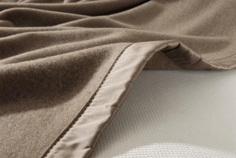 Kaschmirdecke Amalfi als Maßanfertigung mit Seidenband in mongolgrau für Betten mit Fußteil