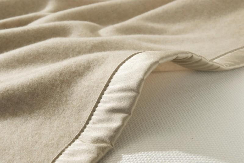 Kaschmirdecke Amalfi als Maßanfertigung mit Seidenband in creme für Betten ohne Fußteil